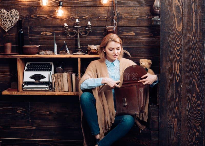 Απόλαυση της ζωής σπουδαστών Λατρευτός σπουδαστής γυναικών Η προκλητική γυναίκα παίρνει το βιβλίο από το χαρτοφύλακα Μελέτη πανεπ στοκ φωτογραφία με δικαίωμα ελεύθερης χρήσης