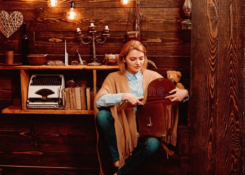 Απόλαυση της ζωής σπουδαστών Λατρευτός σπουδαστής γυναικών Η προκλητική γυναίκα παίρνει το βιβλίο από το χαρτοφύλακα Μελέτη πανεπ στοκ φωτογραφίες με δικαίωμα ελεύθερης χρήσης