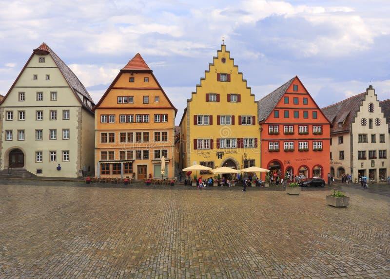 Απόλαυση τουριστών που ψωνίζουν, και αρχιτεκτονική σε Markplatz με τα παραδοσιακά σπίτια, Rothenburg ob der Tauber στοκ εικόνες με δικαίωμα ελεύθερης χρήσης