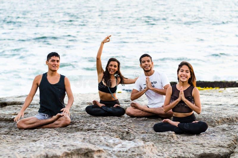 Απόλαυση του ελεύθερου χρόνου με τους φίλους Εύθυμοι νέοι που έχουν τον καλό χρόνο μαζί στην παραλία στοκ φωτογραφία
