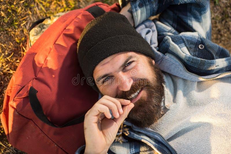 Απόλαυση του ταξιδιού του Ευτυχές άτομο ταξιδιού με τη μακροχρόνια χαλάρωση γενειάδων στο σακίδιο πλάτης Γενειοφόρο hipster που χ στοκ φωτογραφία