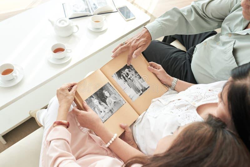 Απόλαυση των παλαιών φωτογραφιών στοκ εικόνα