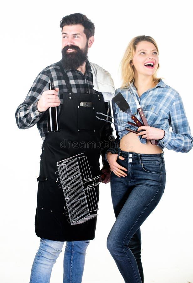 Απόλαυση των τροφίμων και του ποτού Ζεύγος του συνόλου σχαρών εκμετάλλευσης ανδρών και γυναικών Ευτυχές ζεύγος που έχει το κόμμα  στοκ φωτογραφίες με δικαίωμα ελεύθερης χρήσης