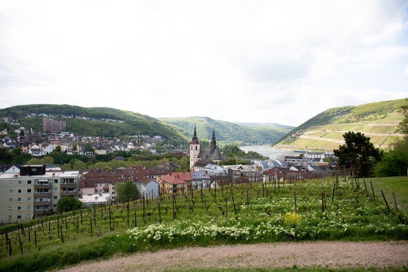 Απόμακρη άποψη σχετικά με τη χτισμένη δομή με το καμπαναριό και το φυσικό τοπίο στο bingen AM Ρήνος στο Hesse Γερμανία στοκ φωτογραφία
