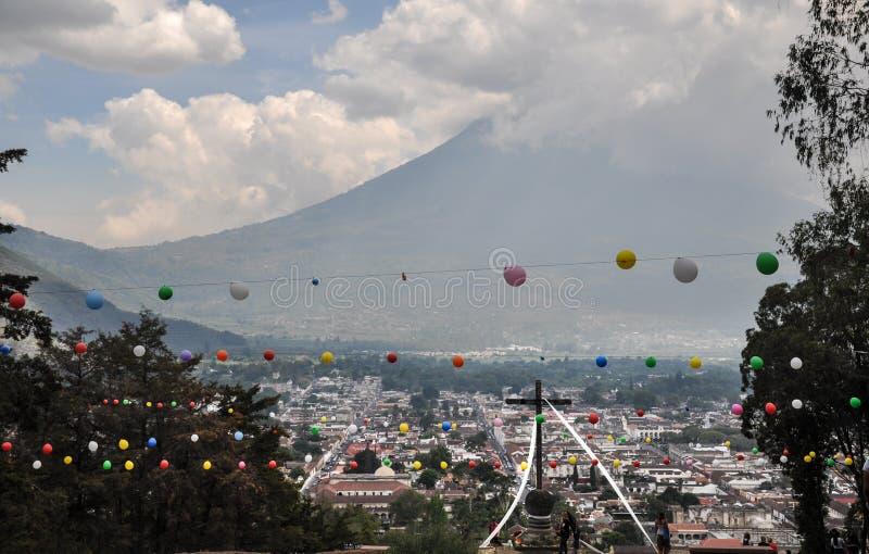 Απόμακρη άποψη του ηφαιστείου EL Fuego ο Acatenango με το σταυρό μέσα στοκ φωτογραφίες