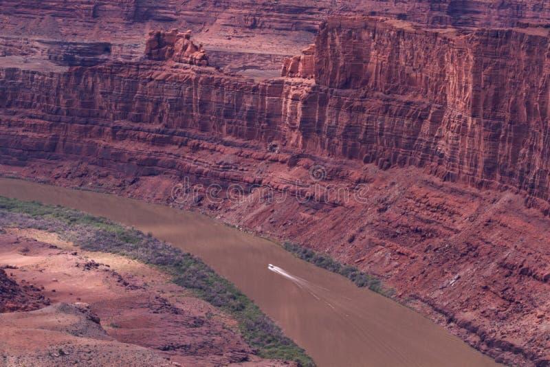 Απόμακρη άποψη του ποταμού του Κολοράντο και του εθνικού πάρκου Canyonlands στοκ εικόνα