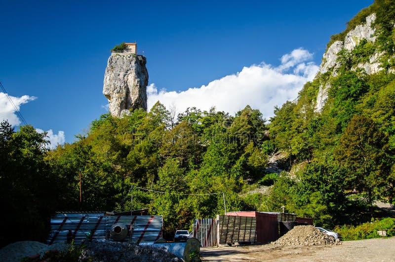 Απόμακρη άποψη του στυλοβάτη στηλών Katskhi με το μπλε ουρανό και τα σύννεφα ανωτέρω στοκ εικόνες με δικαίωμα ελεύθερης χρήσης
