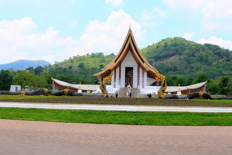 Απόμακρη πιθανότητα ενός όμορφου άσπρου βουδιστικού ναού με τις πηγές δράκων στην απαγόρευση Nong Chaeng, Phetchabun Ταϊλάνδη στοκ φωτογραφία με δικαίωμα ελεύθερης χρήσης