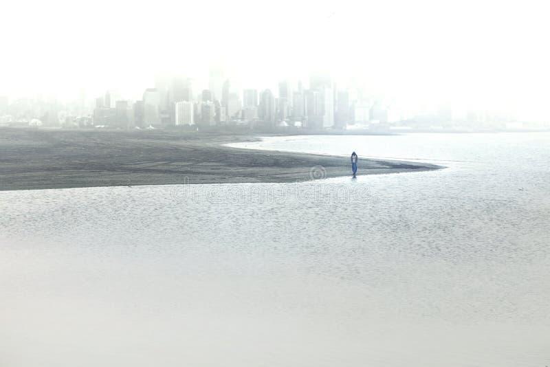 Απόμερες εγκαταλείψεις προσώπων τη μεγάλη μητρόπολη που βυθίζεται στην ομίχλη στοκ φωτογραφία με δικαίωμα ελεύθερης χρήσης