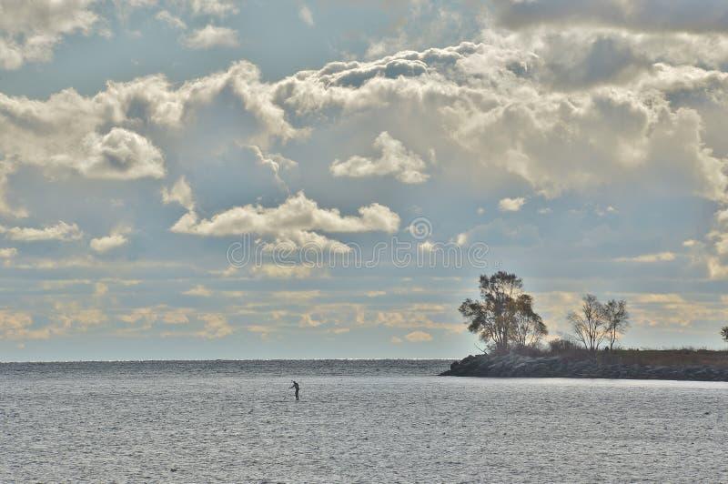 Απόμερος αριθμός που επισκιάζεται από τη λίμνη και το σύννεφο στοκ φωτογραφίες