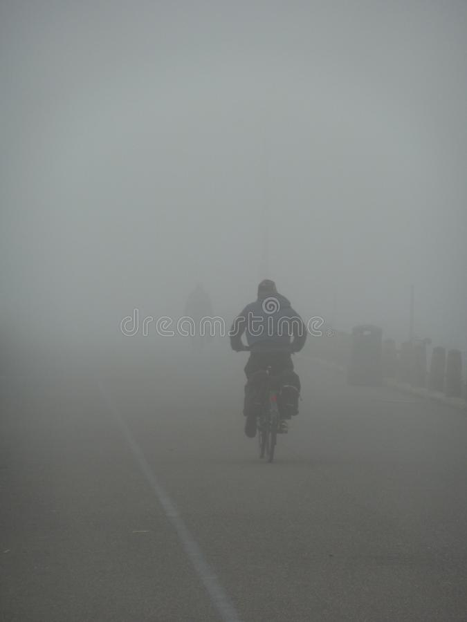 Απόμερος ποδηλάτης μια ομιχλώδη ημέρα στοκ εικόνες με δικαίωμα ελεύθερης χρήσης