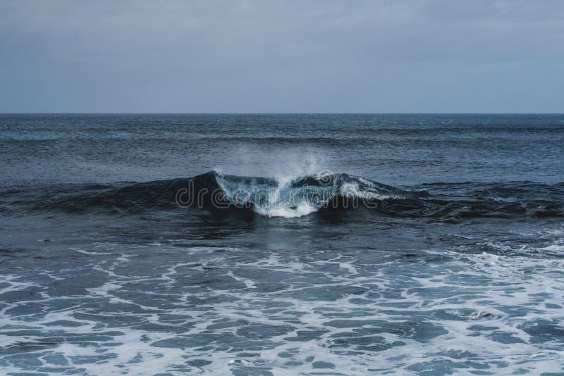 Απόμερο κύμα στον ωκεανό στις πορτογαλικές Αζόρες στοκ φωτογραφίες