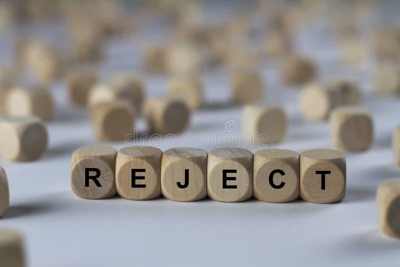 Απόρριμα - κύβος με τις επιστολές, σημάδι με τους ξύλινους κύβους στοκ εικόνες