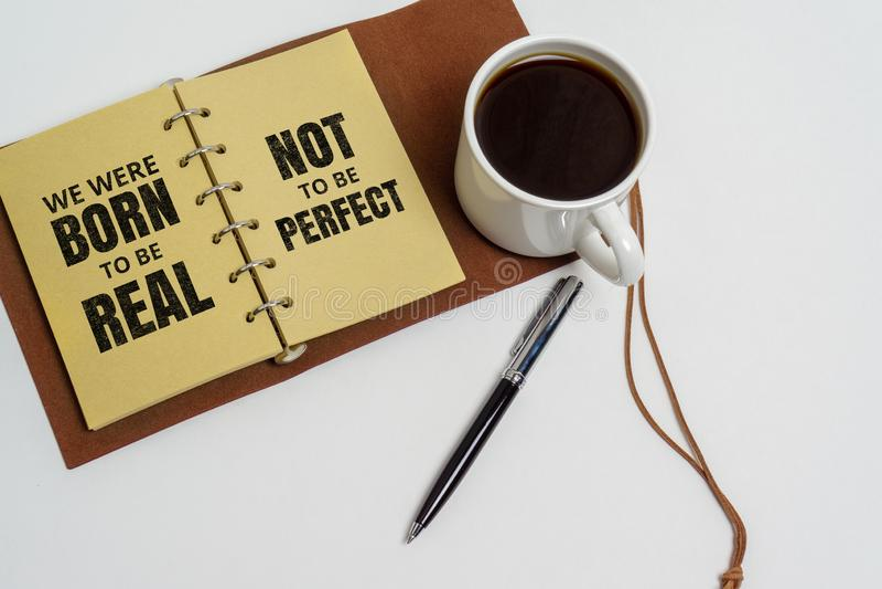 Απόσπασμα εμπνευσμένης και ζωής κινήτρου Φλυτζάνι σημειωματάριων και καφέ στοκ φωτογραφίες με δικαίωμα ελεύθερης χρήσης