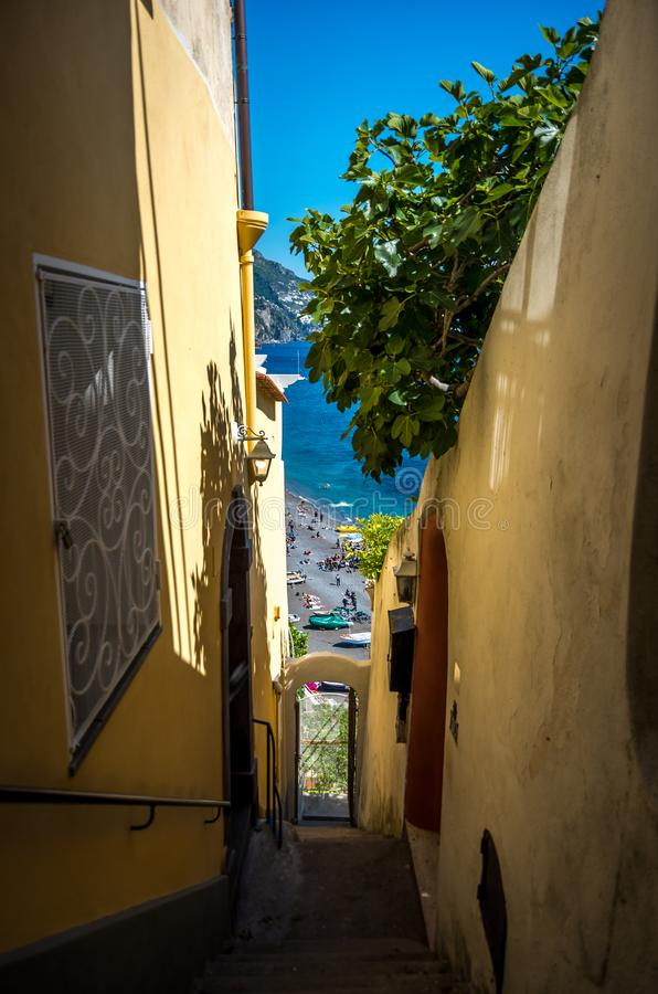 Απότομα σκαλοπάτια στο μικρό χωριό Positano στην ακτή της Αμάλφης, Ιταλία στοκ φωτογραφία