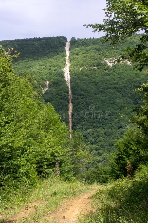 Απότομη κάθοδος από έναν δασώδη λόφο στοκ εικόνα με δικαίωμα ελεύθερης χρήσης