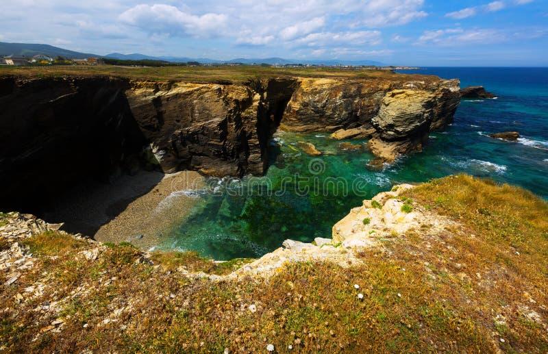 Απότομοι απότομοι βράχοι στην ακτή Cantabric στοκ εικόνες