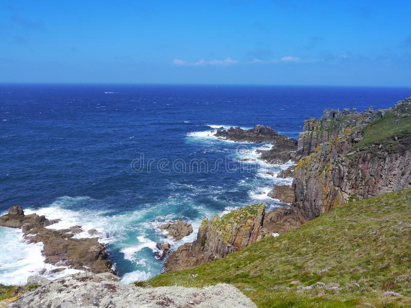 Απότομοι βράχοι ακτών με τα συντρίβοντας κύματα στοκ φωτογραφίες με δικαίωμα ελεύθερης χρήσης