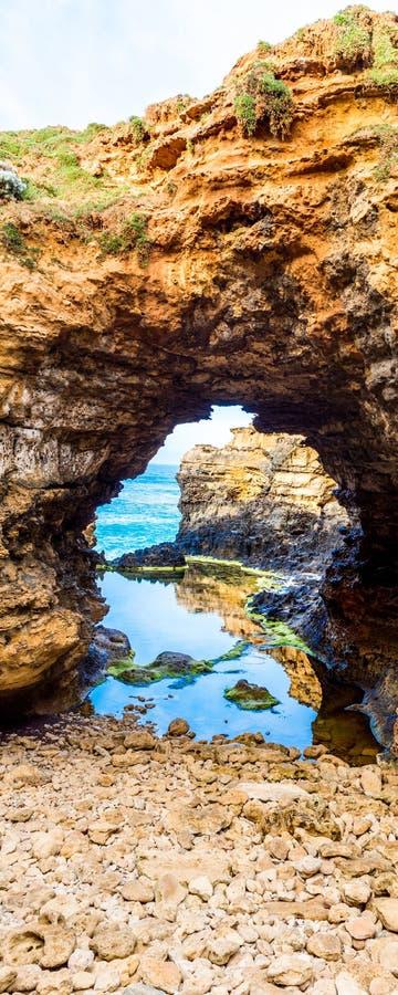 Απότομοι βράχοι ασβεστόλιθων στο Grotto, κοντά στο λιμένα Campbell, το μεγάλο ωκεάνιο δρόμο, Βικτώρια, Αυστραλία : στοκ φωτογραφίες