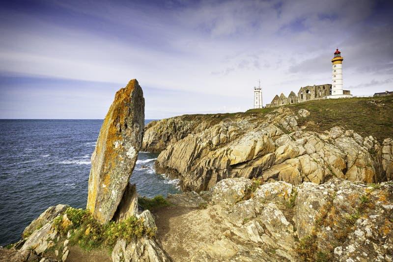Απότομοι βράχοι και ορόσημα Pointe de Saint-Mathieu στοκ εικόνα με δικαίωμα ελεύθερης χρήσης