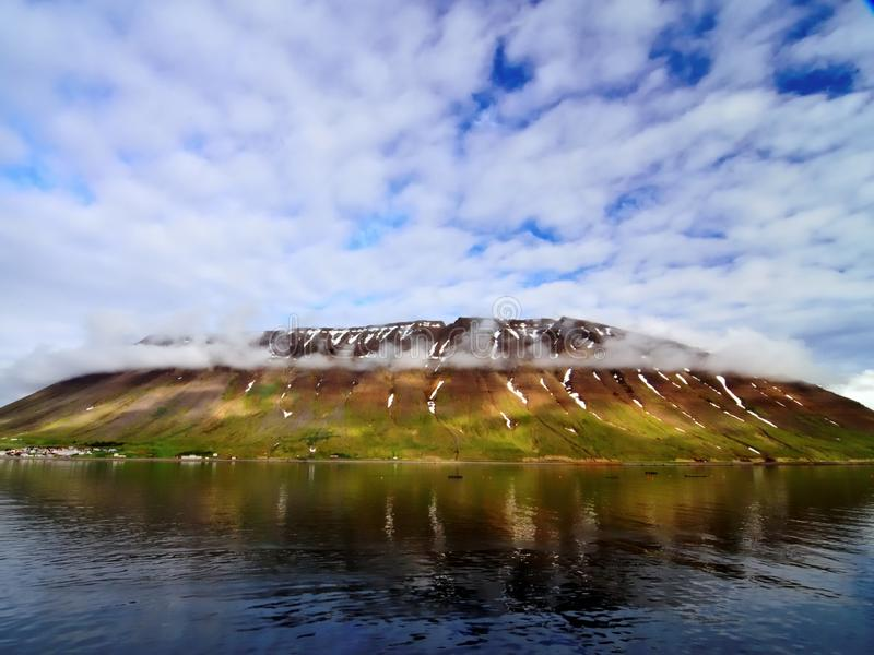Απότομοι βράχοι και ουρανός στην Ισλανδία στοκ φωτογραφία με δικαίωμα ελεύθερης χρήσης