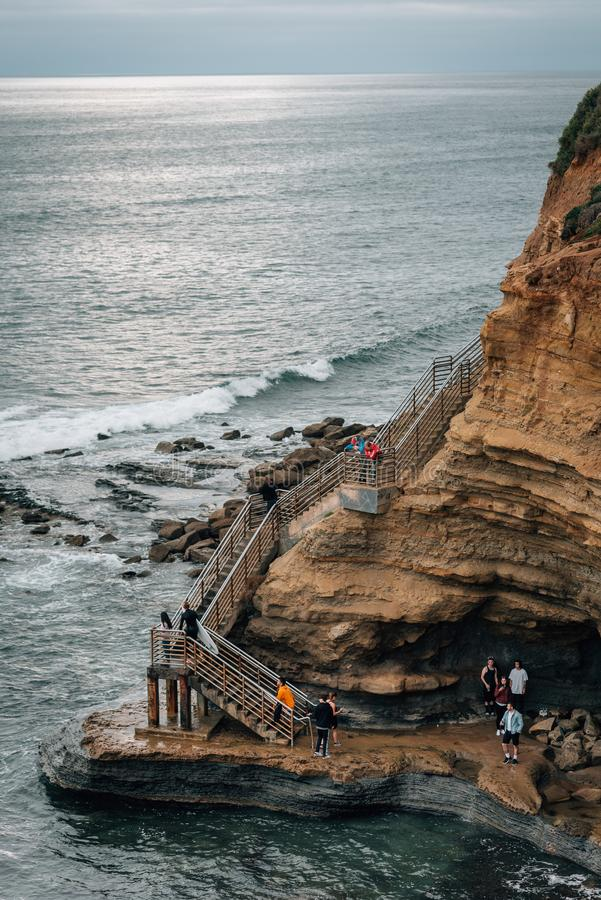 Απότομοι βράχοι και σκάλα στο φυσικό πάρκο απότομων βράχων ηλιοβασιλέματος, στο Point Loma, Σαν Ντιέγκο, Καλιφόρνια στοκ φωτογραφία με δικαίωμα ελεύθερης χρήσης