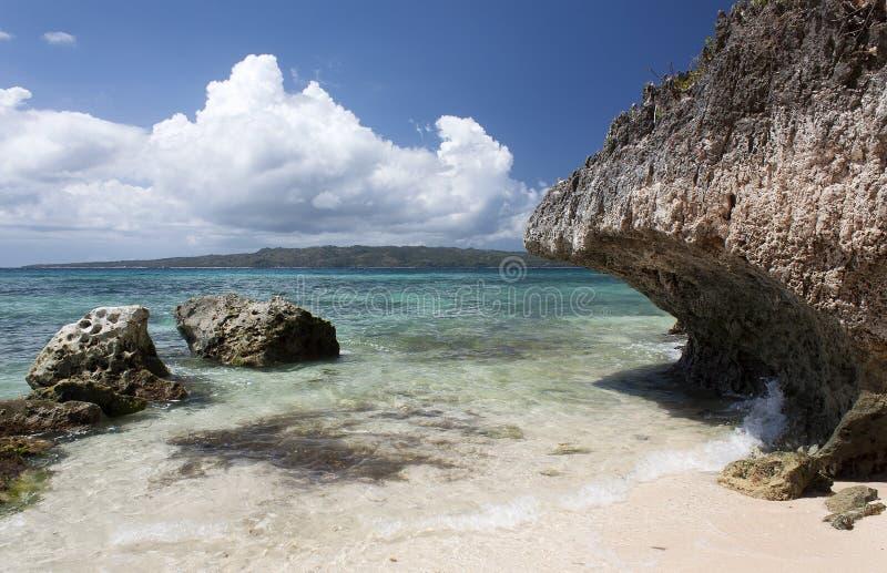 Απότομοι βράχοι κοντά στην παραλία Puka Shell Νησί Boracay στοκ φωτογραφία με δικαίωμα ελεύθερης χρήσης