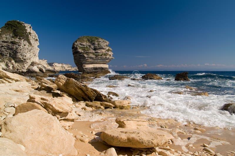 Απότομοι βράχοι κοντά στην πόλη Bonifacio στοκ φωτογραφίες