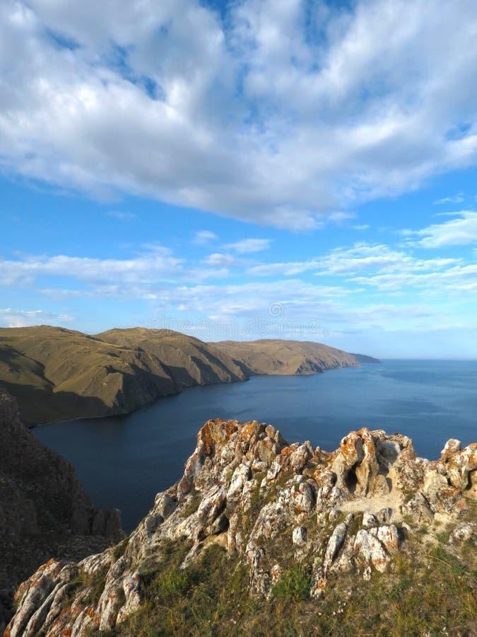 Απότομοι βράχοι κοντά στον κόλπο της Aya στη λίμνη Baikal στοκ φωτογραφία με δικαίωμα ελεύθερης χρήσης
