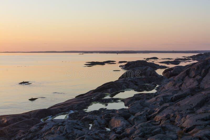 Απότομοι βράχοι με τις λίμνες βράχου στο αρχιπέλαγος της Στοκχόλμης ηλιοβασιλέματος στοκ εικόνες