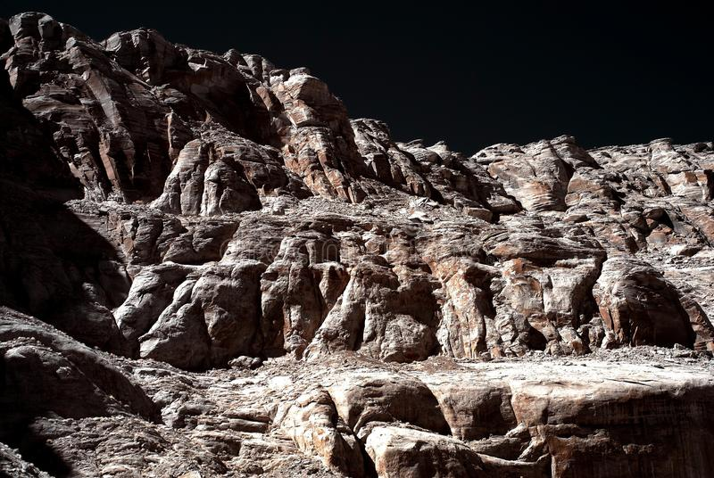 απότομοι βράχοι μονοχρωμ&alp στοκ φωτογραφία