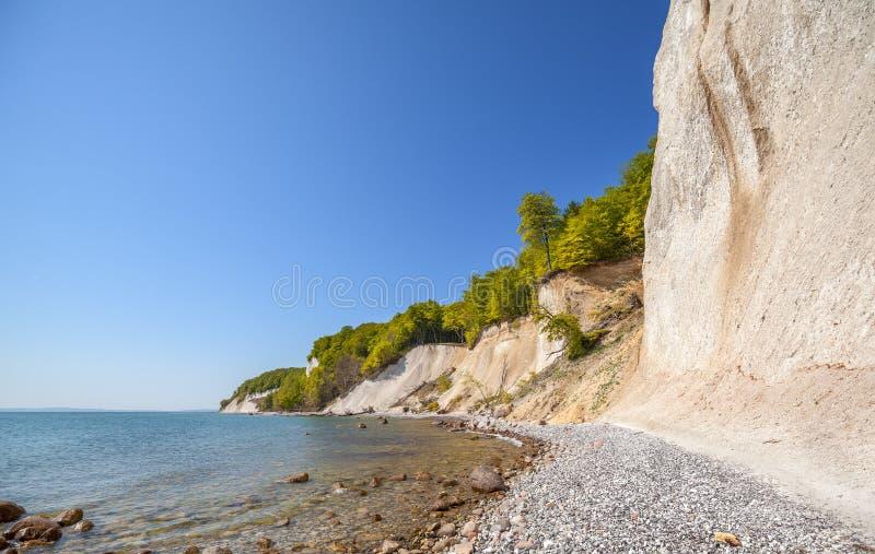 Απότομοι βράχοι παραλιών και κιμωλίας στο νησί Rugen, Γερμανία στοκ φωτογραφία