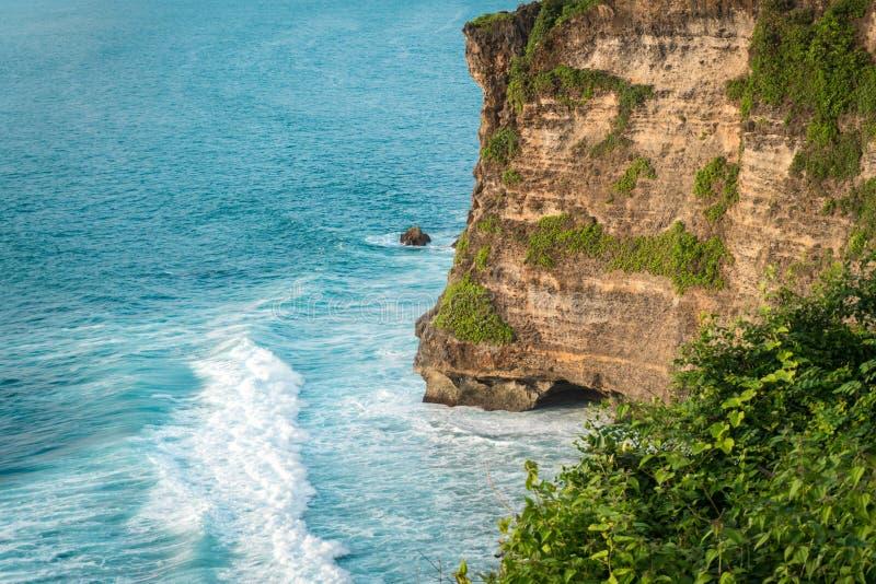 Απότομοι βράχοι πετρών Uluwatu, ωκεάνια κύματα Εναέρια τοπ άποψη Μπαλί Ινδονησία στοκ εικόνα με δικαίωμα ελεύθερης χρήσης
