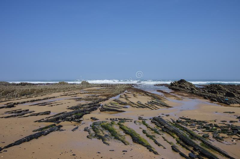 Απότομοι βράχοι σε Praia DA Fateixa Ατλαντική παραλία Arrifana στο Αλγκάρβε στοκ εικόνες με δικαίωμα ελεύθερης χρήσης