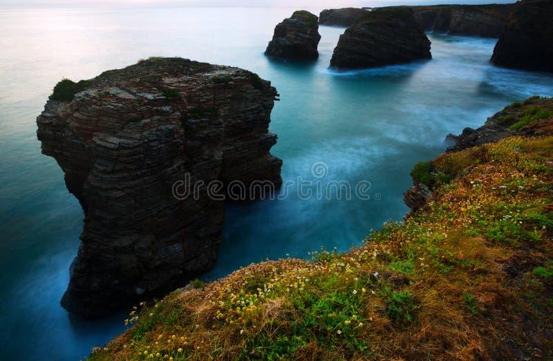 Απότομοι βράχοι στην ακτή του Ατλαντικού Ωκεανού στο λυκόφως στοκ φωτογραφίες