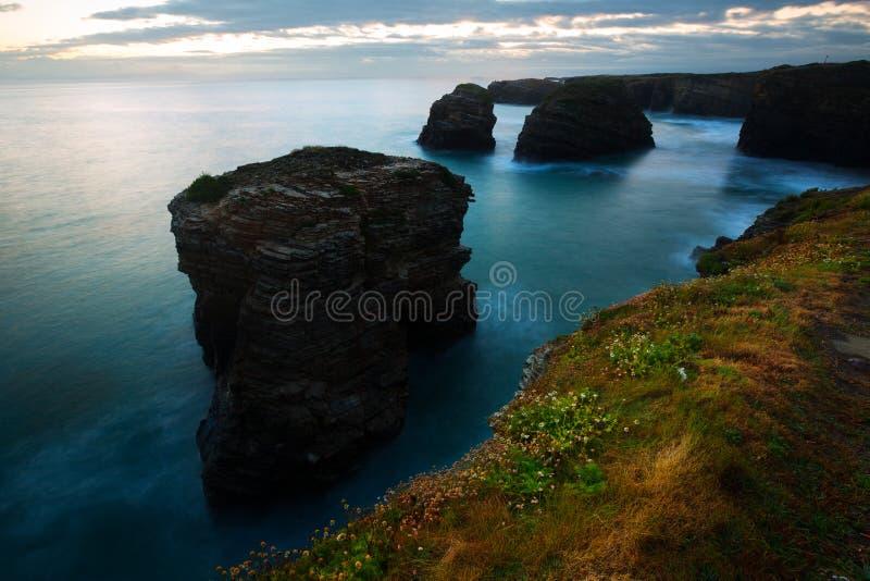 Απότομοι βράχοι στην ακτή του Ατλαντικού Ωκεανού στο λυκόφως στοκ φωτογραφίες με δικαίωμα ελεύθερης χρήσης
