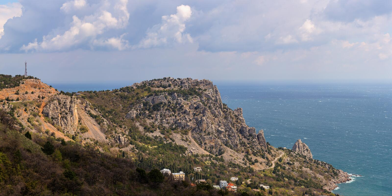 Απότομοι βράχοι στην ακτή στοκ εικόνα με δικαίωμα ελεύθερης χρήσης