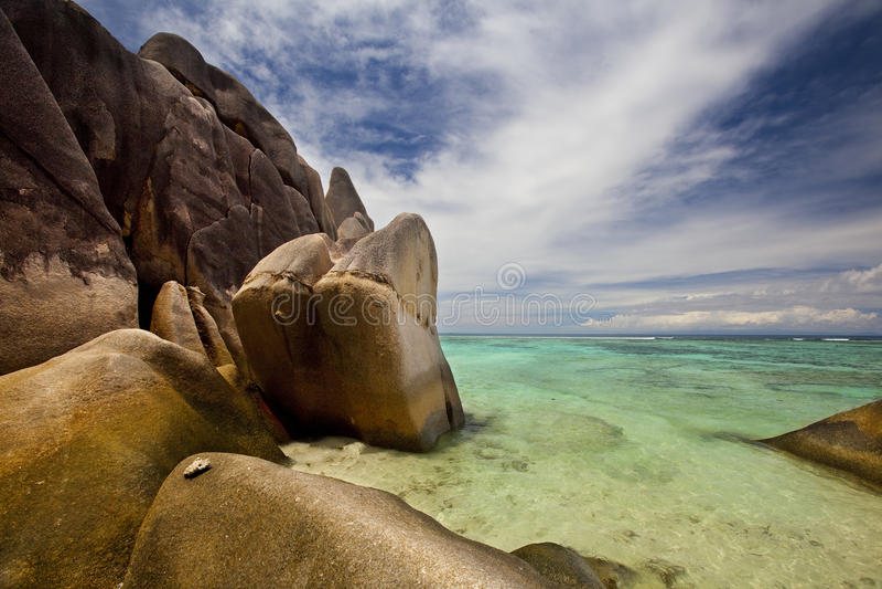 Απότομοι βράχοι στην πηγή D'Argent Anse στοκ φωτογραφία