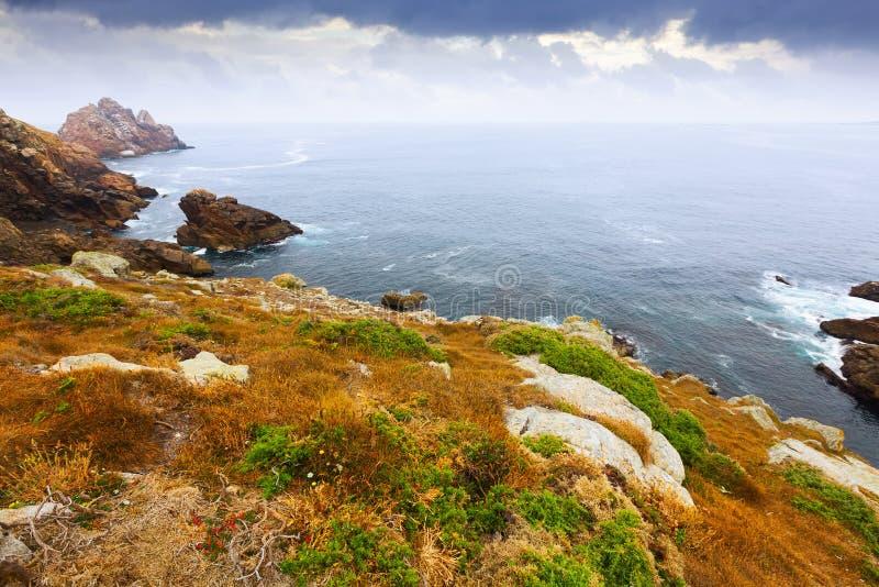 Απότομοι βράχοι στην ωκεάνια ακτή στοκ εικόνες