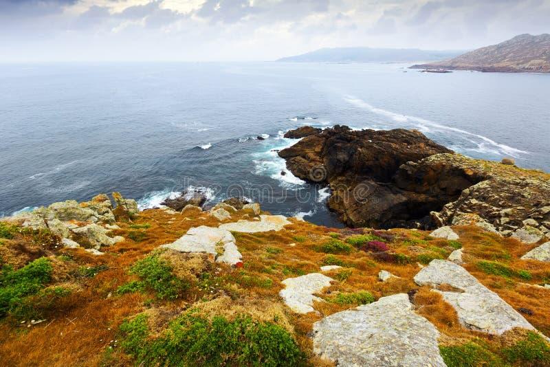 Απότομοι βράχοι στην ωκεάνια ακτή στοκ εικόνες με δικαίωμα ελεύθερης χρήσης