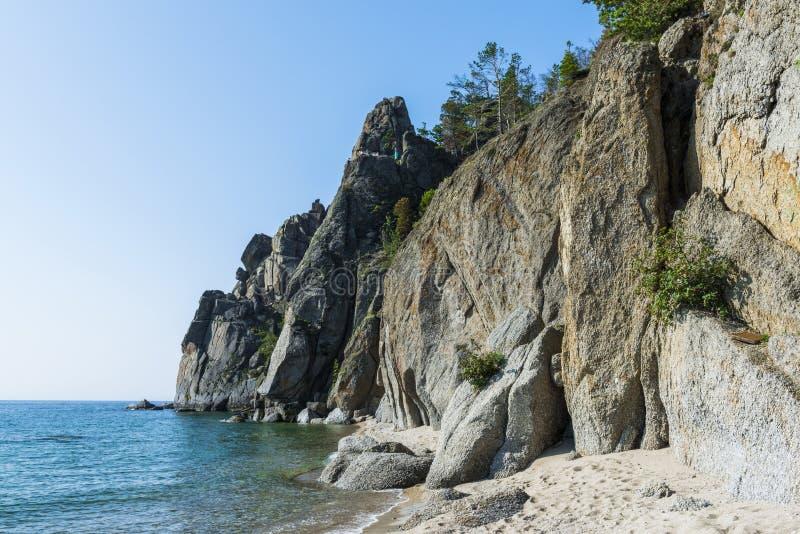 Απότομοι βράχοι στη λίμνη Baikal στοκ εικόνα