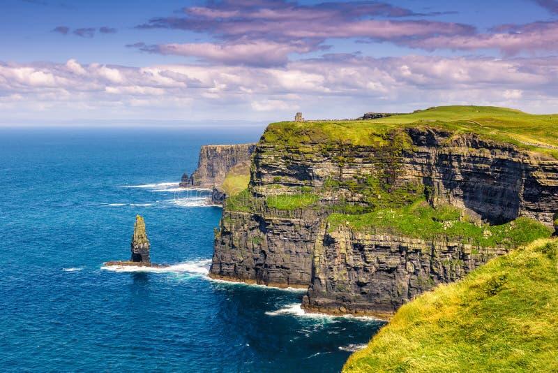 Απότομοι βράχοι του ocea τουρισμού με σκοπο την επαφή με τη φύση θάλασσας ταξιδιού ταξιδιού Moher Ιρλανδία στοκ φωτογραφίες με δικαίωμα ελεύθερης χρήσης