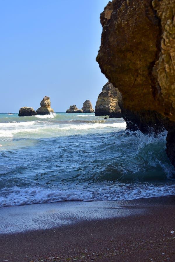 Απότομοι βράχοι ana dona στην παραλία στοκ εικόνα με δικαίωμα ελεύθερης χρήσης