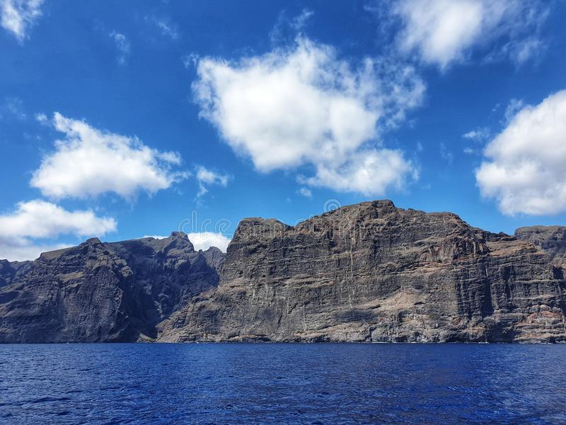 Απότομοι βράχοι Tenerife, γιγαντιαίοι σχηματισμοί Los Gigantes βράχου στοκ φωτογραφία με δικαίωμα ελεύθερης χρήσης