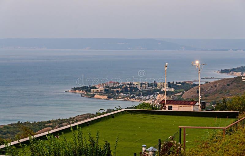 Απότομοι βράχοι Thracian κοντά στο μπλε σαφές νερό Μαύρης Θάλασσας στοκ φωτογραφία με δικαίωμα ελεύθερης χρήσης