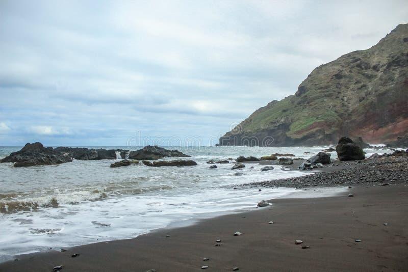 Απότομοι υψηλοί απότομοι βράχοι βράχου λάβας επάνω ανατολικά Tenerife Απόμεροι βράχοι που κολλούν από το νερό r r στοκ εικόνα