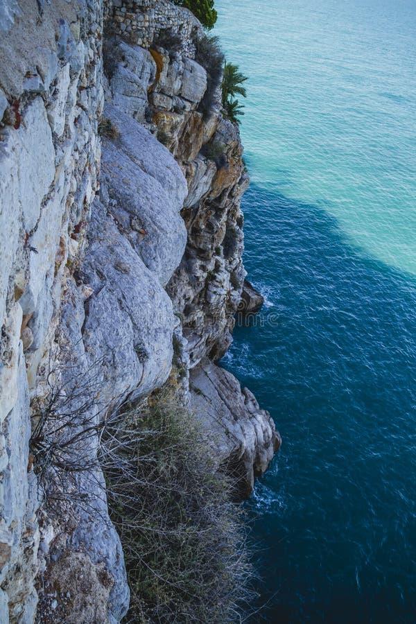 Απότομος βράχος, απόψεις penyscola, όμορφη πόλη της Βαλένθια στην Ισπανία στοκ φωτογραφίες