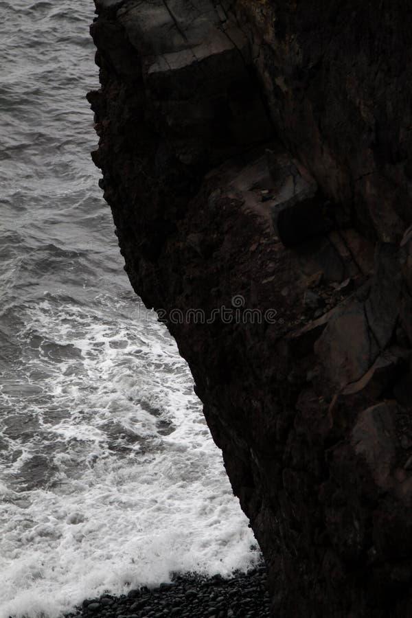 Απότομος βράχος γραπτός στοκ φωτογραφία