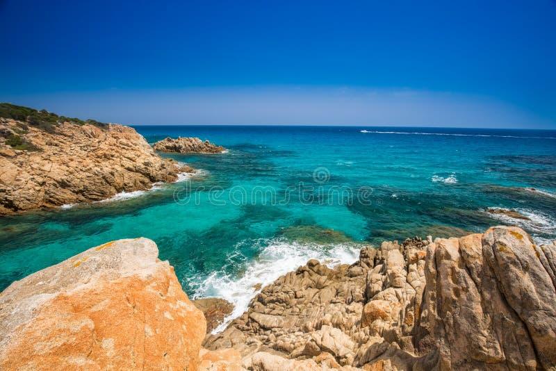 Απότομος βράχος κοντά στην παραλία Chia με το κυανό νερό, Σαρδηνία, Ιταλία στοκ εικόνες