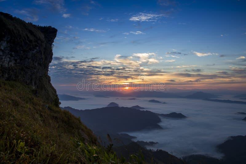 Απότομος βράχος ομίχλης βουνών και ουρανού στοκ φωτογραφία